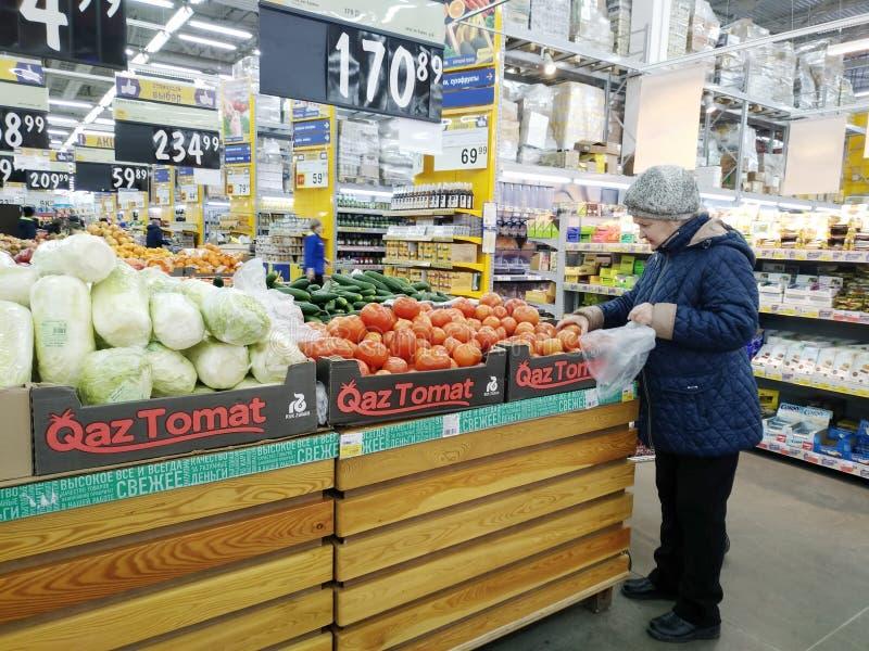 Ο πελάτης επιλέγει τα φρούτα και λαχανικά στην υπεραγορά Lenta στοκ φωτογραφίες με δικαίωμα ελεύθερης χρήσης