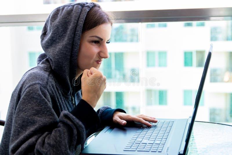 Ο προγραμματιστής χάκερ γυναικών εργάζεται στον υπολογιστή στο κέντρο ασφάλειας cyber που γεμίζουν με τις οθόνες επίδειξης στοκ εικόνες