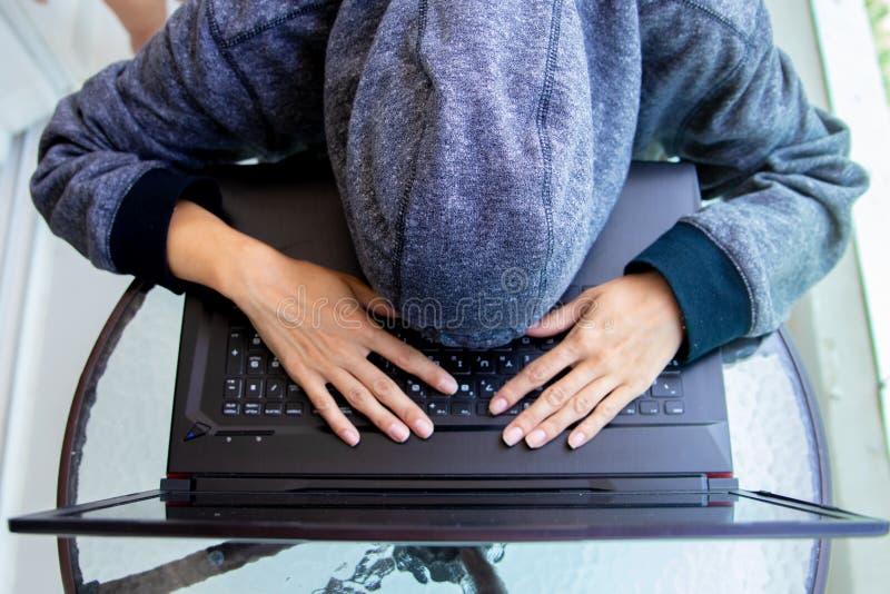 Ο προγραμματιστής χάκερ γυναικών εργάζεται στον υπολογιστή στο κέντρο ασφάλειας cyber που γεμίζουν με τις οθόνες επίδειξης στοκ φωτογραφία με δικαίωμα ελεύθερης χρήσης