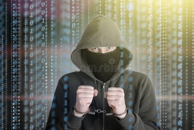 Ο προγραμματιστής χάκερ κοιτάζει στην οθόνη και γράφει βίαια τις πληροφορίες αμυχών κώδικα προγράμματος στοκ εικόνες με δικαίωμα ελεύθερης χρήσης