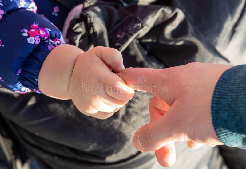 δάχτυλα Μωρό πορνείων επαφή λαβή Αγάπη Δύο στοκ εικόνες με δικαίωμα ελεύθερης χρήσης