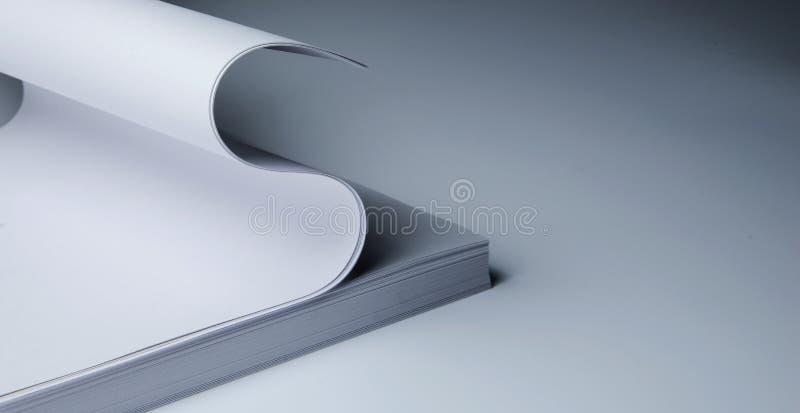 Δέσμη του εγγράφου γραψίματος και των τοπ φύλλων που κυλιούνται επάνω όπως ένα δολάριο Σύμβολο της εργασίας, της χρηματοδότησης κ στοκ εικόνες