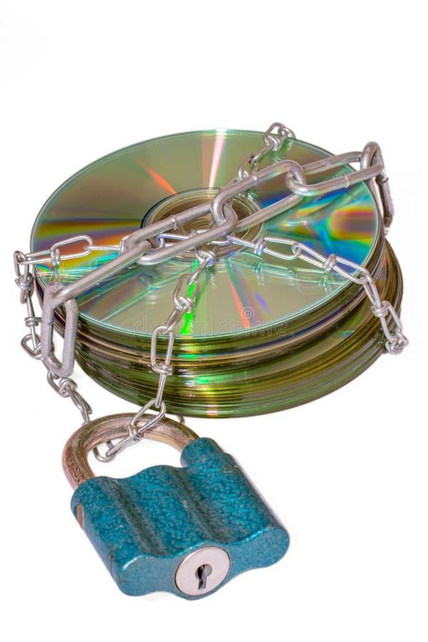 Δίσκος με την αλυσίδα που τυλίγεται στο άσπρο υπόβαθρο στοκ εικόνα με δικαίωμα ελεύθερης χρήσης