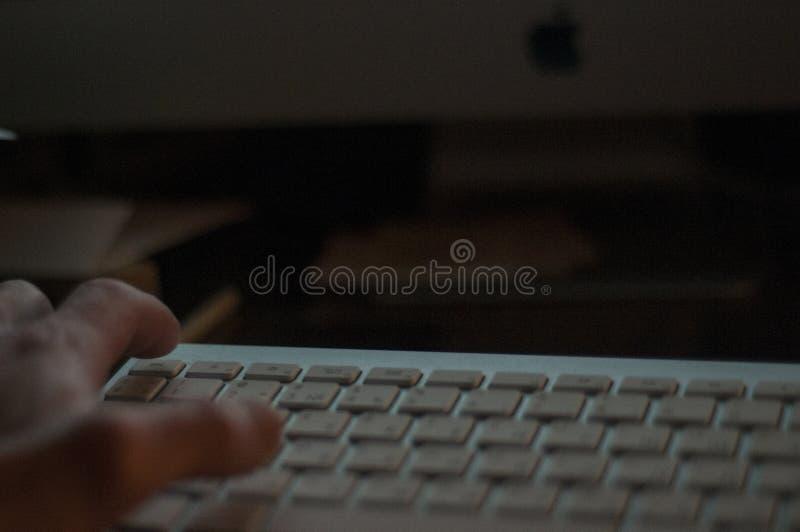 Δακτυλογράφηση στο πληκτρολόγιο keypad Άτομο, χέρι του s στο πληκτρολόγιο νύχτα - εργασία νύχτα στοκ φωτογραφία