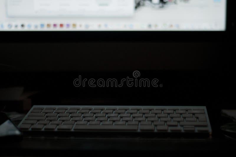 Δακτυλογράφηση στο πληκτρολόγιο keypad desktop workplace εργασία για τη νύχτα στοκ φωτογραφίες