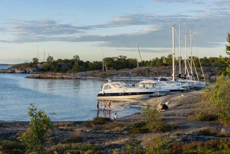 Δεμένο leisureboats αρχιπέλαγος της Στοκχόλμης απογεύματος πρόσφατου καλοκαιριού στοκ εικόνες