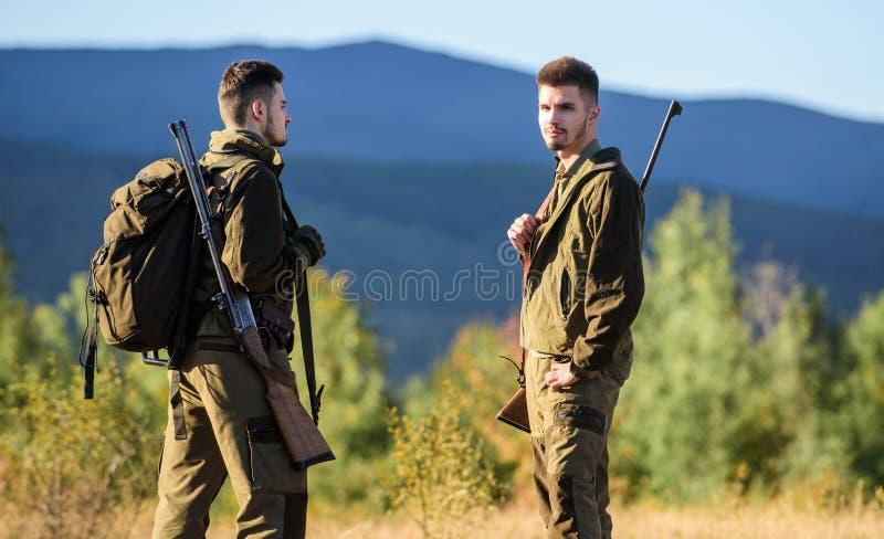 Δεξιότητες κυνηγιού και εξοπλισμός όπλων Πώς κυνήγι στροφής στο χόμπι Φιλία των κυνηγών ατόμων Δυνάμεις στρατού κάλυψη στοκ εικόνες