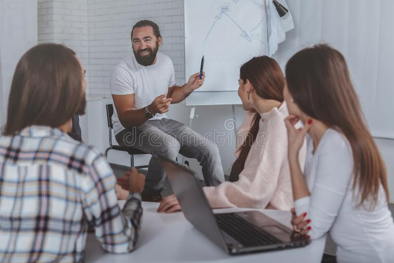 Δημιουργική επιχειρησιακή ομάδα που εργάζεται στο γραφείο από κοινού στοκ εικόνες
