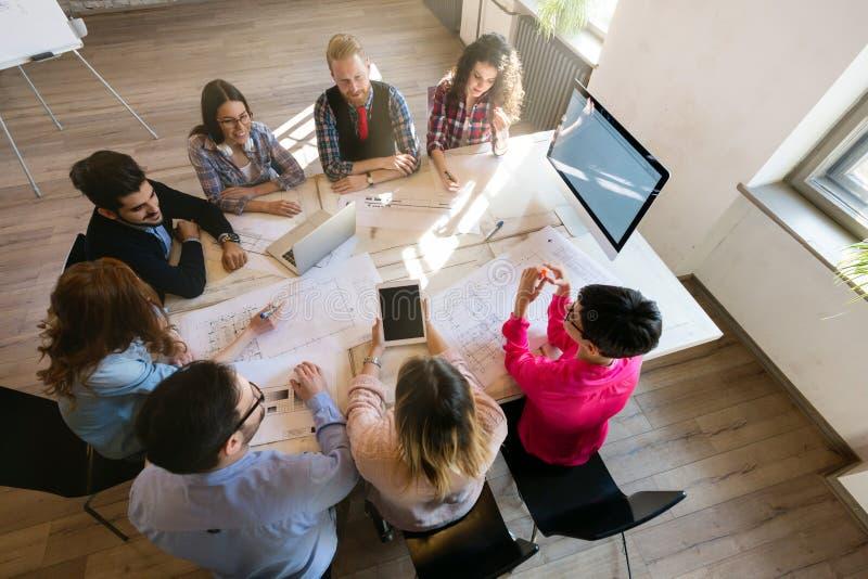 Δημιουργική νέα εργασία επιχειρηματιών και αρχιτεκτόνων στην αρχή στοκ εικόνα