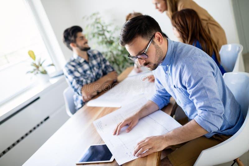Δημιουργική νέα εργασία επιχειρηματιών και αρχιτεκτόνων στην αρχή στοκ εικόνες με δικαίωμα ελεύθερης χρήσης