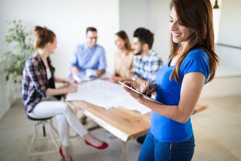 Δημιουργική νέα εργασία επιχειρηματιών και αρχιτεκτόνων στην αρχή στοκ φωτογραφίες με δικαίωμα ελεύθερης χρήσης