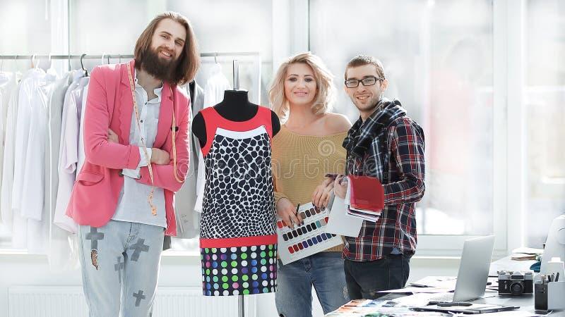 Δημιουργική ομάδα σχεδιαστών που στέκονται σε ένα σύγχρονο στούντιο Φωτογραφία με το διάστημα αντιγράφων στοκ εικόνα με δικαίωμα ελεύθερης χρήσης