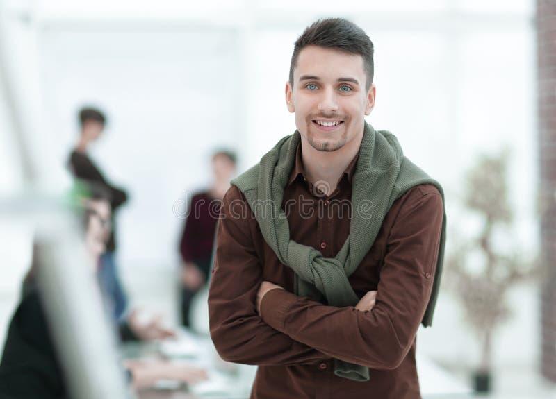 Δημιουργικός επιχειρηματίας στο υπόβαθρο του γραφείου στοκ φωτογραφίες με δικαίωμα ελεύθερης χρήσης