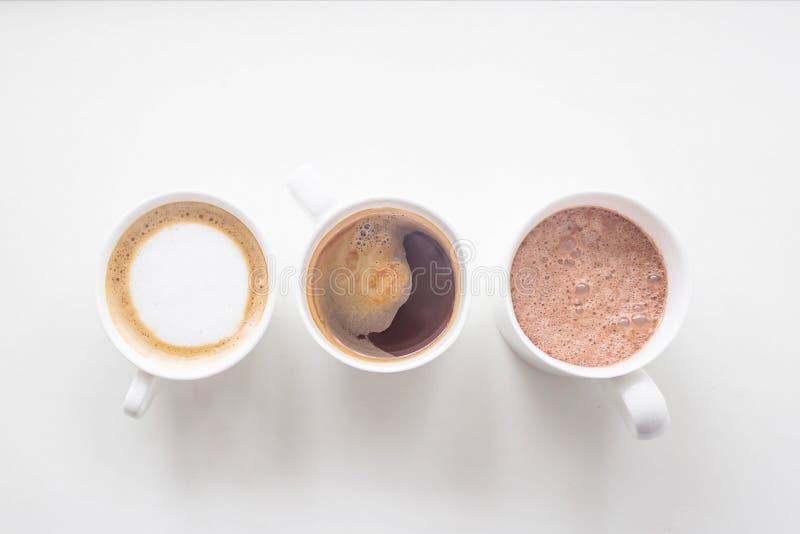 Διάφορα διαφορετικά ζεστά ποτά στον άσπρο πίνακα - επιλογές καφετεριών στοκ εικόνες