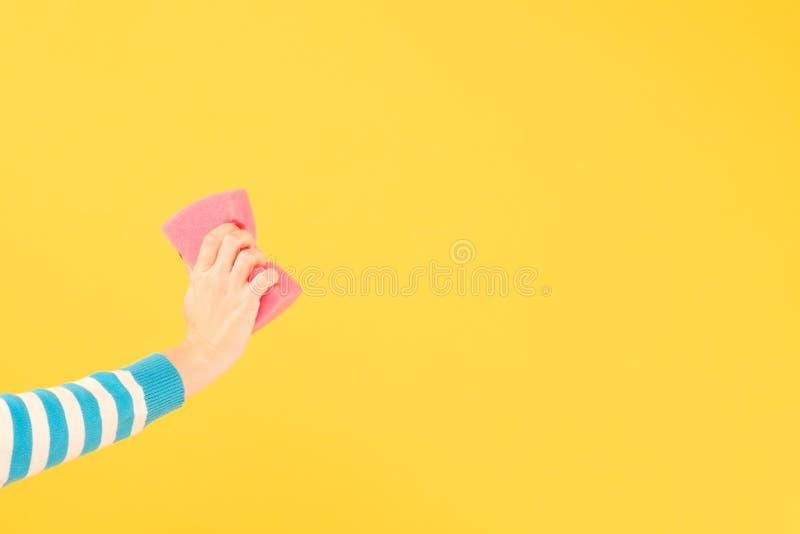 Διαγράψτε το σβήνοντας διάστημα αντιγράφων σφουγγαριών χεριών γυναικών στοκ εικόνες