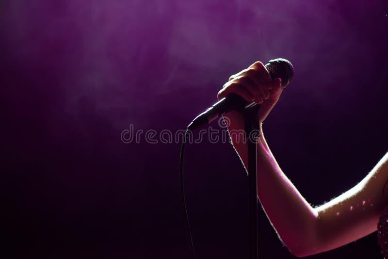 Διαθέσιμος τραγουδιστής χεριών μικροφώνων στη σκηνή Ανασκόπηση ζωντανής μουσικής Φω'τα μικροφώνων και σταδίων στοκ φωτογραφίες