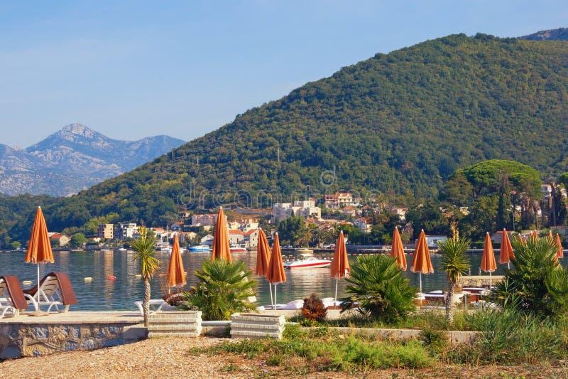 Διακοπές θερινών παραλιών Όμορφο μεσογειακό τοπίο με τις ομπρέλες παραλιών την ηλιόλουστη θερινή ημέρα Μαυροβούνιο, κόλπος Kotor στοκ φωτογραφίες με δικαίωμα ελεύθερης χρήσης