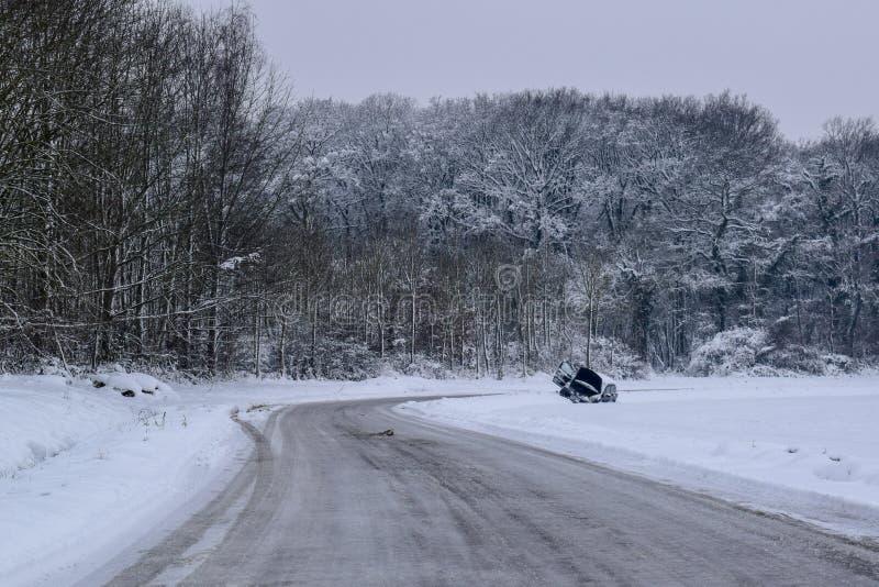 Διακοπή αυτοκινήτων στο χιονώδεις δρόμο/το τοπίο στη γαλλική επαρχία κατά τη διάρκεια του χειμώνα στοκ εικόνα