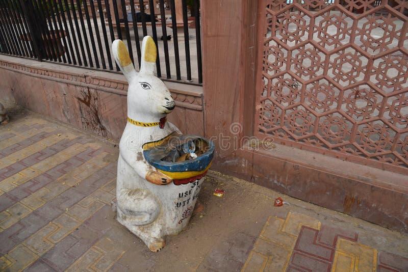 Διαμορφωμένο κουνέλι γίνοντα χάλυβας σκουπιδοτενεκές, Bikaner, Rajasthan, Ινδία στοκ φωτογραφία με δικαίωμα ελεύθερης χρήσης