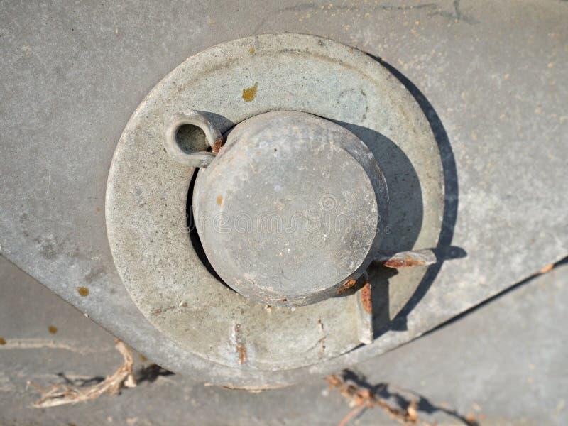 Διασπασμένη καρφίτσα που εξασφαλίζει το τσεκούρι ή το μπουλόνι στην άγκυρα ταλάντευσης γεφυρών στοκ εικόνες