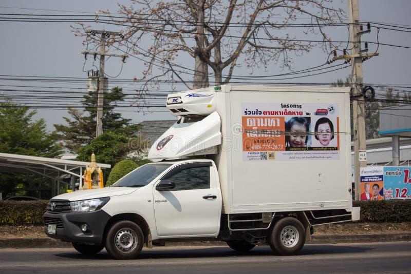 διαφήμιση στο φορτίο του ανοιχτού φορτηγού του ιδρύματος καθρεφτών στοκ εικόνες με δικαίωμα ελεύθερης χρήσης