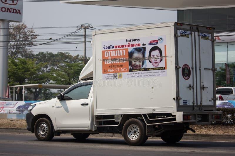 διαφήμιση στο φορτίο του ανοιχτού φορτηγού του ιδρύματος καθρεφτών στοκ εικόνα