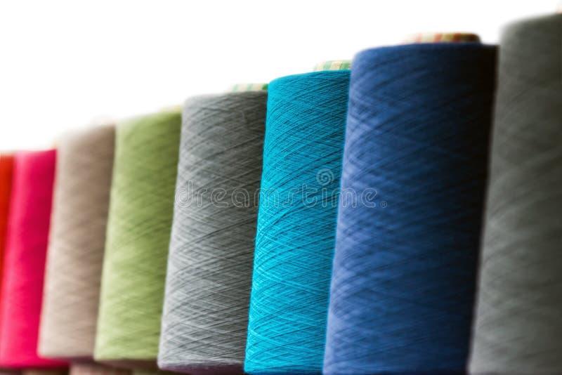 Διαφορετικά στροφία χρώματος του νήματος για τη βιομηχανία κλωστοϋφαντουργίας στοκ εικόνες με δικαίωμα ελεύθερης χρήσης