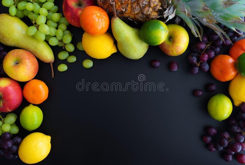 Διαφορετικά φρέσκα υγιή φρούτα στο μαύρο υπόβαθρο στοκ φωτογραφία με δικαίωμα ελεύθερης χρήσης