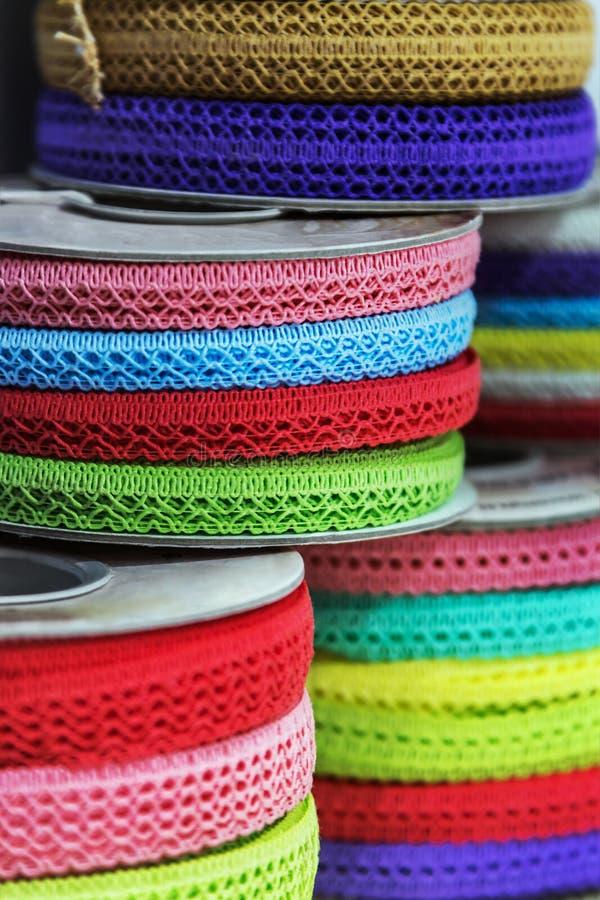 Διαφορετικά χρώμα και σχέδιο την της κορδέλλας για τη διακόσμηση κατά ράψιμο στοκ εικόνες