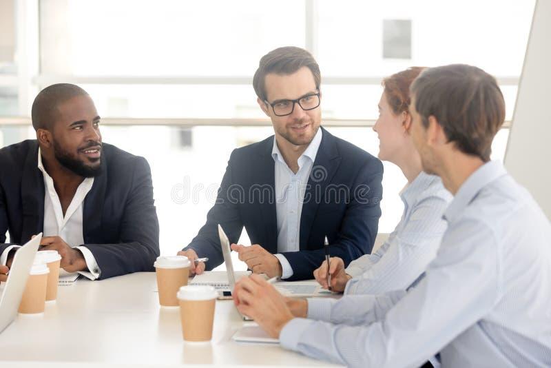 Διαφορετικοί χιλιετείς επιχειρηματίες που διαπραγματεύονται στη αίθουσα συνδιαλέξεων στοκ εικόνες