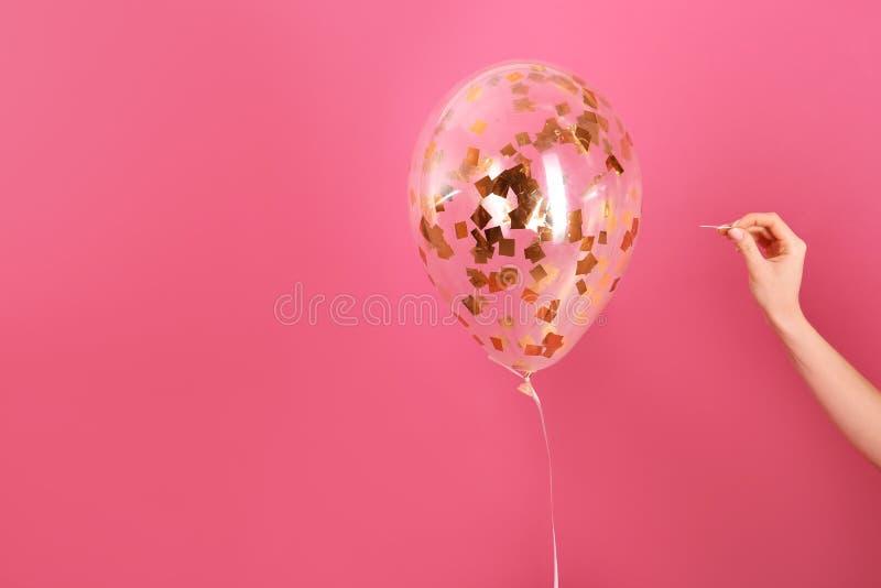 Διαπεραστικό μπαλόνι γυναικών με τη βελόνα στο υπόβαθρο χρώματος, κινηματογράφηση σε πρώτο πλάνο στοκ φωτογραφίες με δικαίωμα ελεύθερης χρήσης