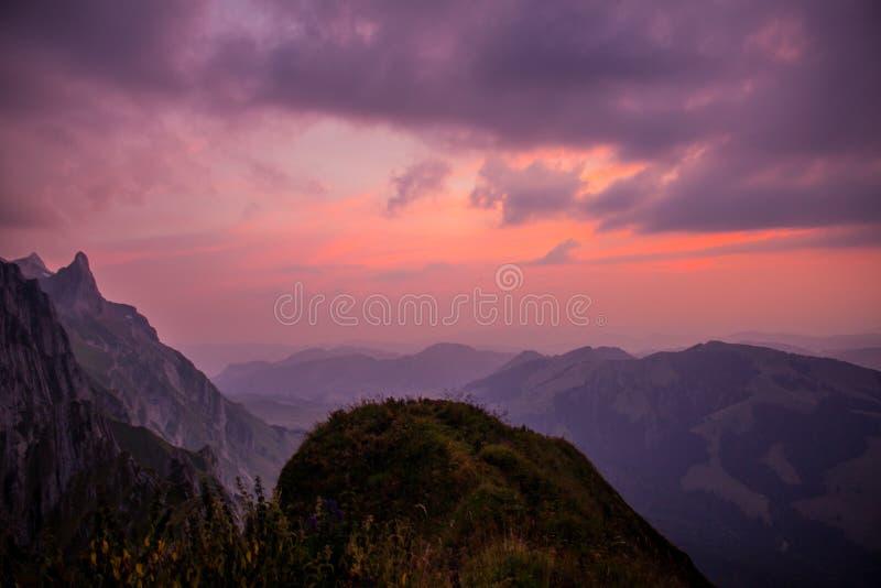 Διερευνητικός γύρος μέσω της όμορφης περιοχής βουνών Appenzell στοκ εικόνες