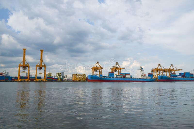 Διοικητικές μέριμνες και μεταφορά του φορτηγού πλοίου εμπορευματοκιβωτίων και της γέφυρας γερανών με την οικοδόμηση του υποβάθρου στοκ εικόνες