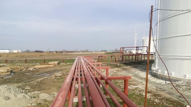 Διοχέτευση με σωλήνες για την άντληση των καθαρισμένων πετρελαιοειδών στοκ εικόνες