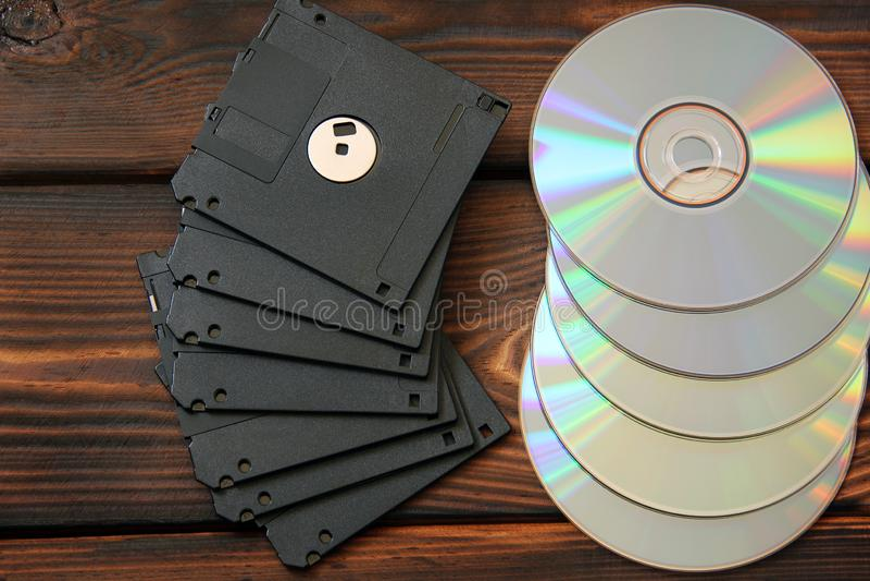 Δισκέτες και δίσκοι στο ξύλινο υπόβαθρο στοκ φωτογραφίες με δικαίωμα ελεύθερης χρήσης