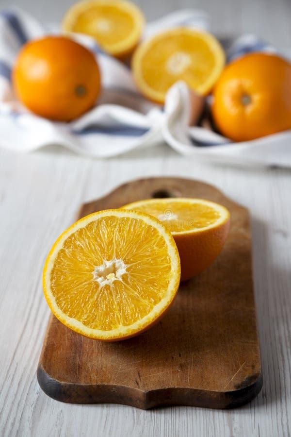 Διχοτομημένα και ολόκληρα πορτοκάλια, χαμηλή άποψη γωνίας closeup στοκ φωτογραφίες
