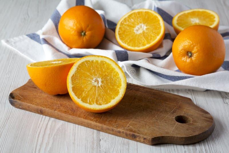 Διχοτομημένα και ολόκληρα πορτοκάλια, πλάγια όψη Κινηματογράφηση σε πρώτο πλάνο στοκ εικόνες