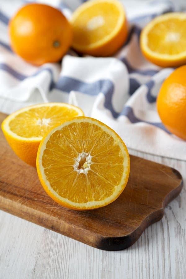 Διχοτομημένα και ολόκληρα πορτοκάλια, πλάγια όψη closeup Εκλεκτική εστίαση στοκ εικόνα με δικαίωμα ελεύθερης χρήσης