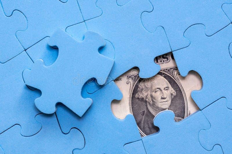 Δολάρια που κρύβονται αμερικανικά κάτω από το γρίφο στοκ φωτογραφία με δικαίωμα ελεύθερης χρήσης