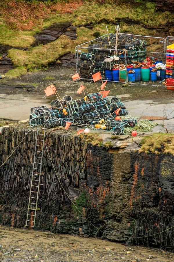 Δοχεία αστακών και αλιευτικό εργαλείο στην αποβάθρα, λιμάνι Bostcastle, βόρεια Κορνουάλλη στοκ εικόνες