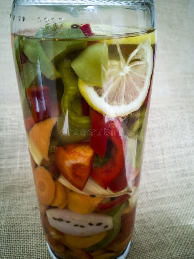 Δοχείο γυαλιού με τα παστωμένα λαχανικά στοκ εικόνες με δικαίωμα ελεύθερης χρήσης