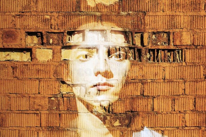 Δραματικό πορτρέτο ενός ατόμου ενάντια σε ένα τούβλο wal στοκ φωτογραφία