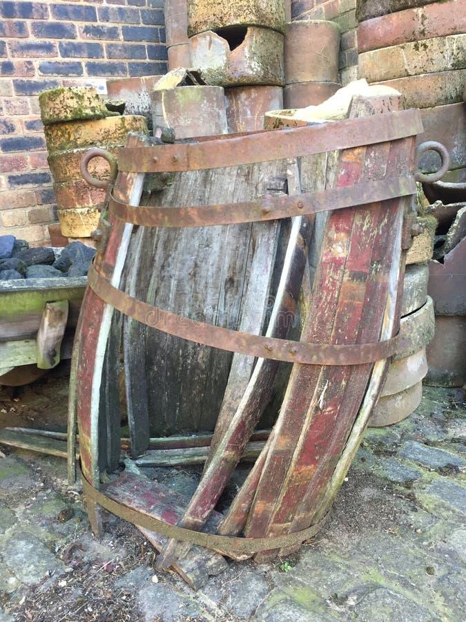 Δρύινο βαρέλι την ερείπωση και το φθινόπωρο χώρια στοκ φωτογραφίες
