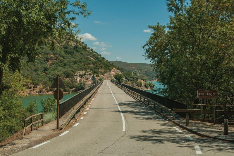 Δρόμος που περνά πέρα από τη γέφυρα στον ποταμό Tagus στοκ φωτογραφίες με δικαίωμα ελεύθερης χρήσης