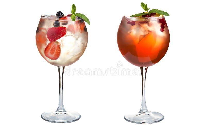 Δύο αναζωογονώντας ελαφριά κοκτέιλ με τη μέντα, τα φρούτα και τα μούρα σε ένα άσπρο υπόβαθρο Κοκτέιλ goblets γυαλιού στοκ φωτογραφίες