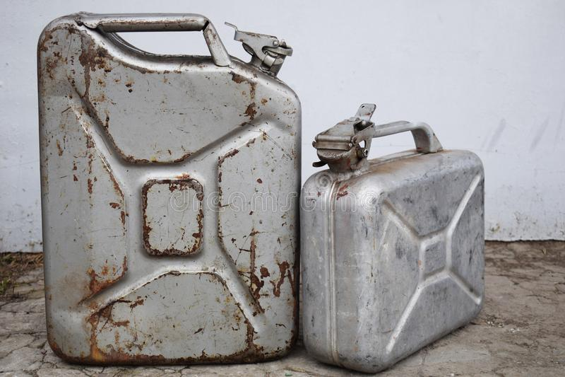Δύο γκρίζα δοχεία με τη βενζίνη ή το diesel, βαρέλι μετάλλων στοκ φωτογραφία με δικαίωμα ελεύθερης χρήσης