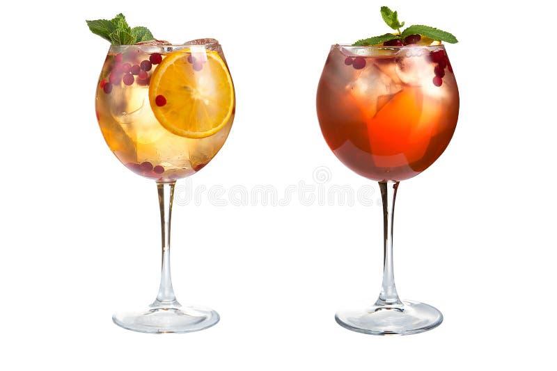 Δύο ελαφριά κοκτέιλ με τη μέντα, τα φρούτα και τα μούρα σε ένα άσπρο υπόβαθρο Κοκτέιλ goblets γυαλιού στοκ φωτογραφία