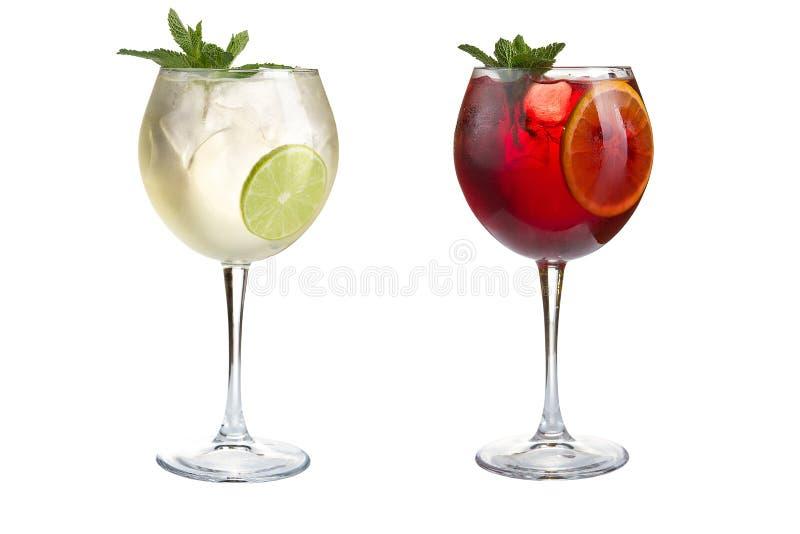 Δύο εύγευστα κοκτέιλ της Τουρκίας με τη μέντα, τα φρούτα και τα μούρα σε ένα άσπρο υπόβαθρο Κοκτέιλ goblets γυαλιού στοκ εικόνες