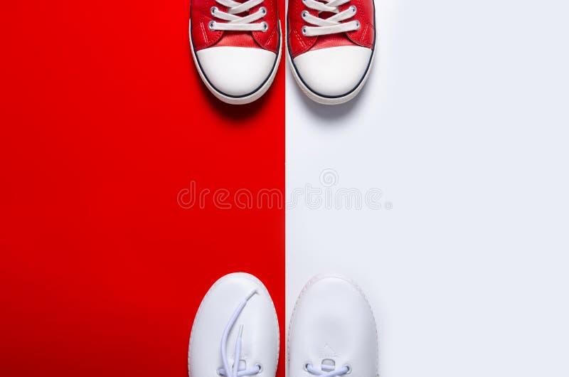 Δύο ζευγάρια των πάνινων παπουτσιών άσπρων και κόκκινων στοκ εικόνα με δικαίωμα ελεύθερης χρήσης