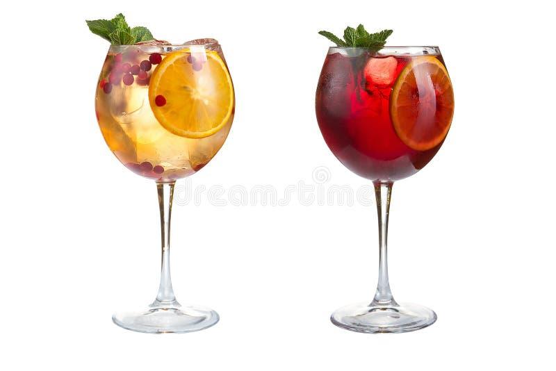 Δύο θερινά κοκτέιλ με τη μέντα, τα φρούτα και τα μούρα σε ένα άσπρο υπόβαθρο Κοκτέιλ goblets γυαλιού στοκ εικόνες με δικαίωμα ελεύθερης χρήσης